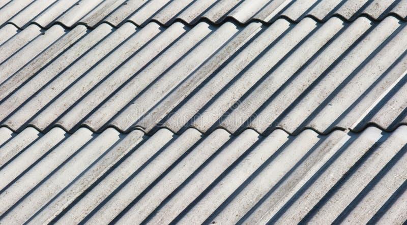 Azotea gris vieja del asbesto imagen de archivo libre de regalías