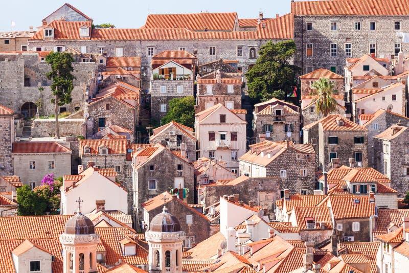 Azoteas viejas de la ciudad de Dubrovnik Silueta del hombre de negocios Cowering fotografía de archivo