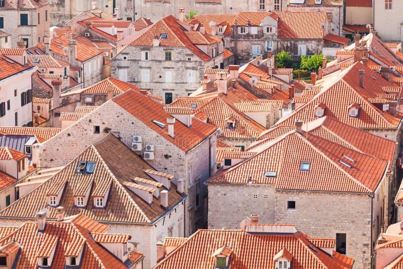 Azoteas viejas de la ciudad de Dubrovnik Silueta del hombre de negocios Cowering fotografía de archivo libre de regalías