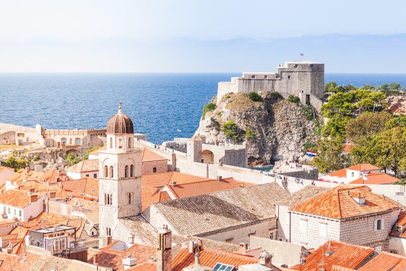 Azoteas viejas de la ciudad de Dubrovnik Silueta del hombre de negocios Cowering imagen de archivo libre de regalías