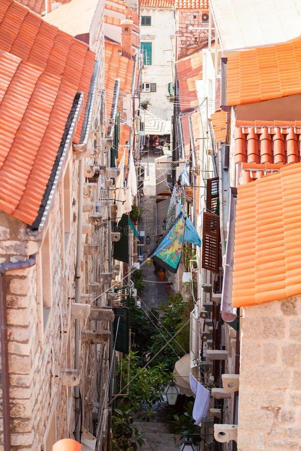 Azoteas viejas de la ciudad de Dubrovnik Silueta del hombre de negocios Cowering Liquidación a través de las calles estrechas de  imagenes de archivo
