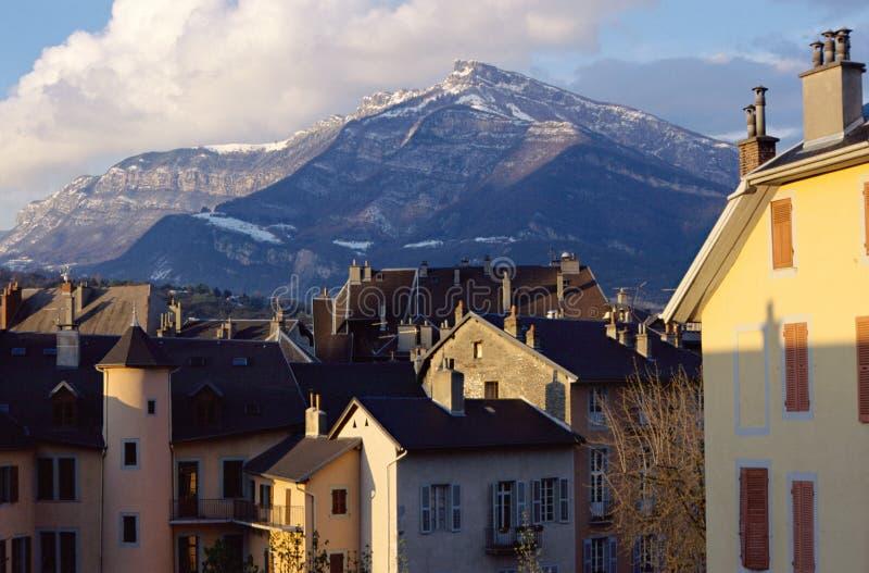 Azoteas y montaña en Chambery, col rizada, Francia foto de archivo