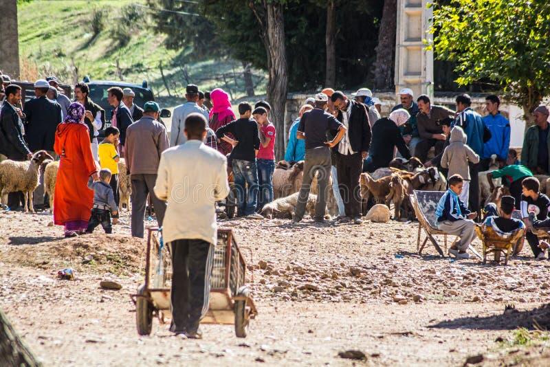 Azrou, Marokko - Oktober 15, 2013 Mensen die en schapen verkopen kopen voor Islamitisch festival Eid al Adha stock fotografie