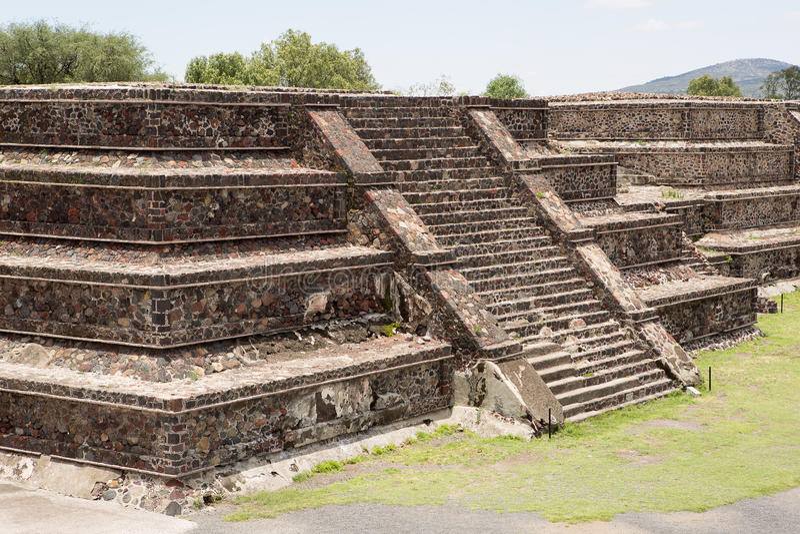 Aztecpyramid för plan överkant arkivfoton