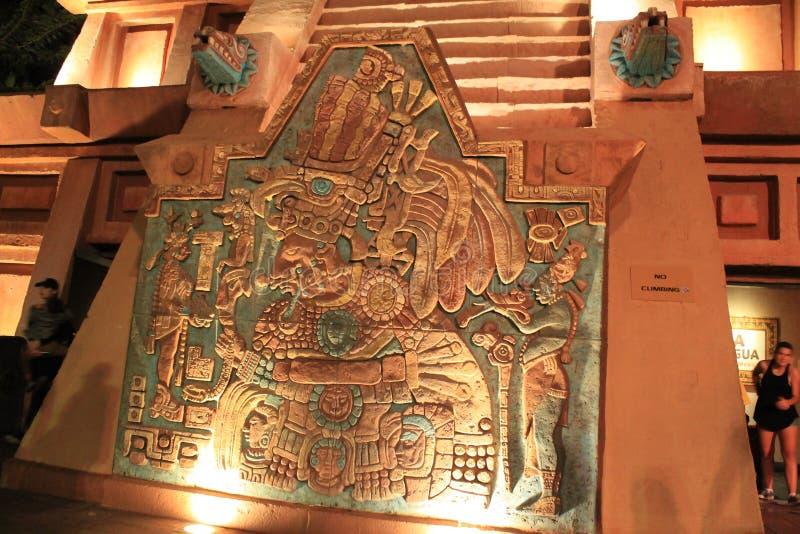 Aztekisches oder Mayaschnitzen bei Epcot lizenzfreie stockfotos