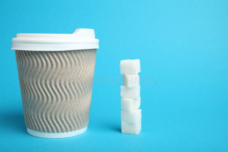 Azucare el caf?, vertiendo Bebida del az?car en taza para llevar fotos de archivo libres de regalías