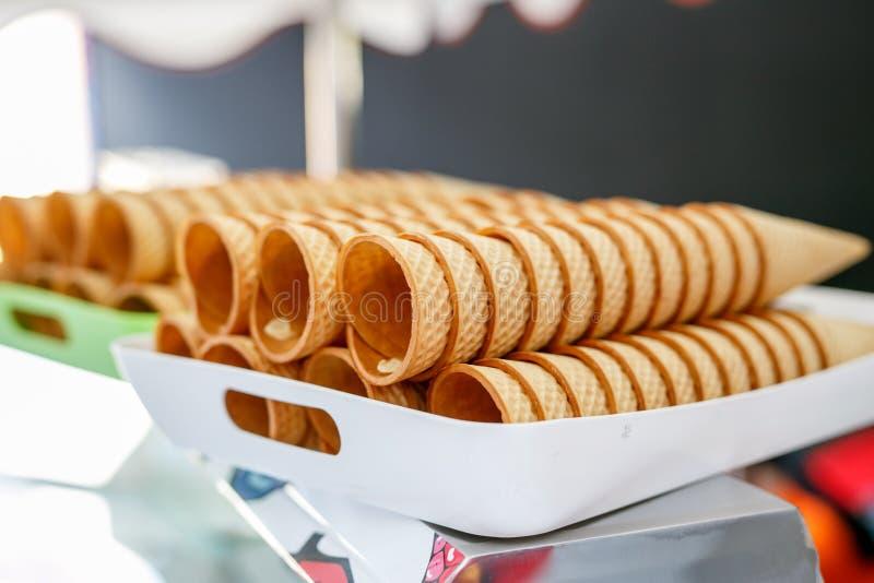 Azucare el helado del cono de la galleta dispuesto en fila fotos de archivo
