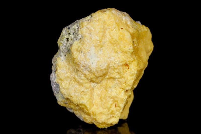 Azufre de piedra mineral macro en fondo negro foto de archivo libre de regalías