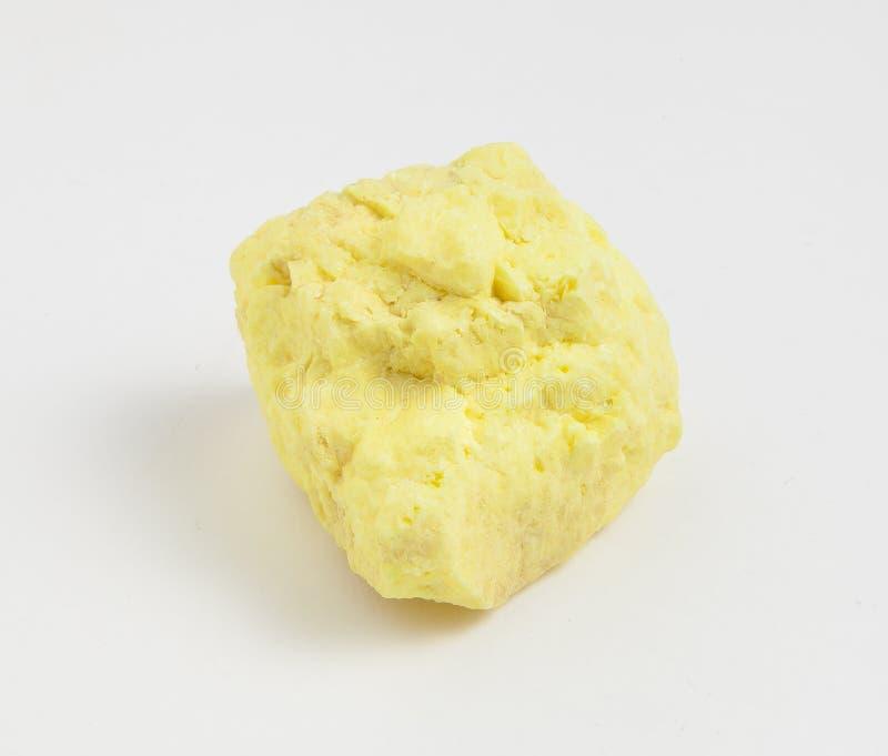 Azufre del mineral en el fondo blanco fotos de archivo