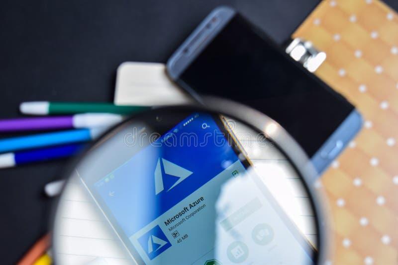 Azuis celestes de Microsoft na ampliação na tela de Smartphone foto de stock