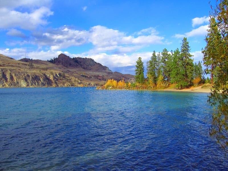 Azul-água e folhagem dourada em queda no lago de Kalamalka, Vale do Okanagan, Colúmbia Britânica, Canadá foto de stock
