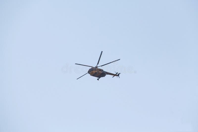 Azul amarelo do helicóptero civil fotos de stock royalty free