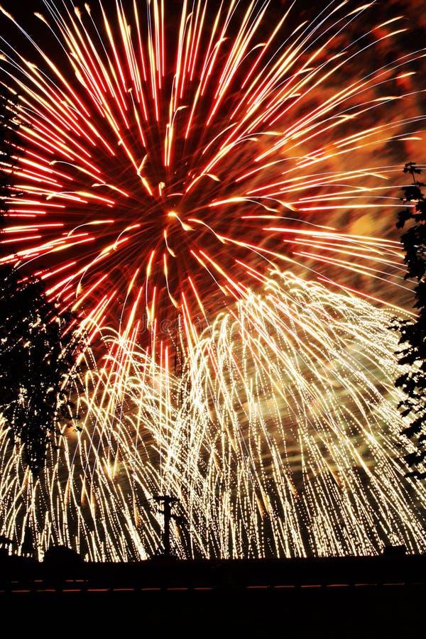 Azul branco vermelho das explosões das luzes dos fogos-de-artifício foto de stock royalty free