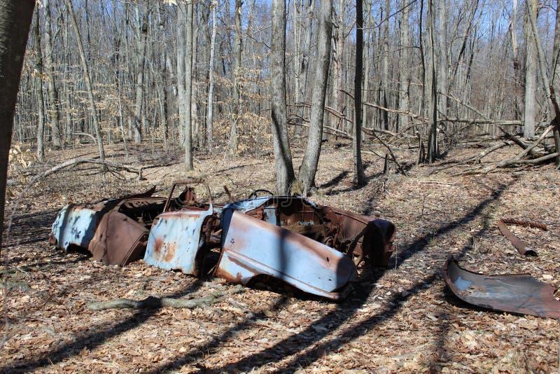 Azul, coche abandonado dilapidado foto de archivo