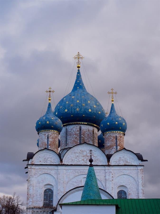 Azul con las bóvedas de las estrellas del oro de la iglesia ortodoxa imagen de archivo libre de regalías