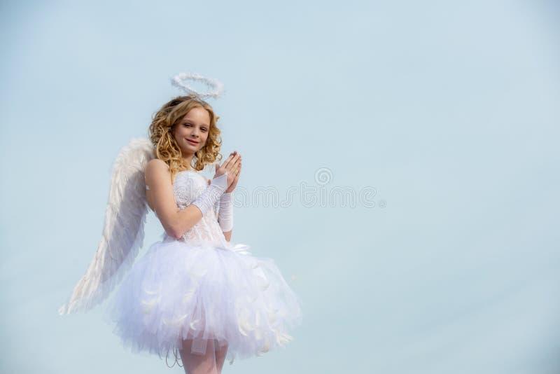 Azul da beleza seus olhos - senhora de encantamento na luz solar do céu Menina com asas e halo do anjo Menina inocente com foto de stock