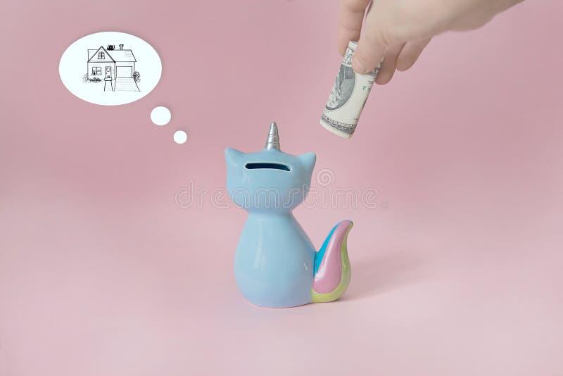 Azul de cerámica de Korn del gatito de la caja de dinero del juguete del recuerdo con la cola colorida del arco iris con el cuern imagen de archivo libre de regalías