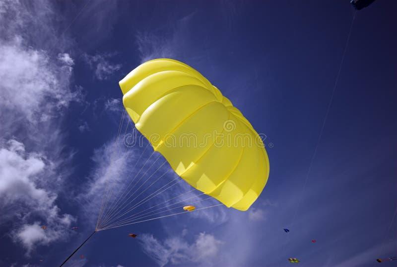 Azul de cielo amarillo del paracaídas imagen de archivo libre de regalías