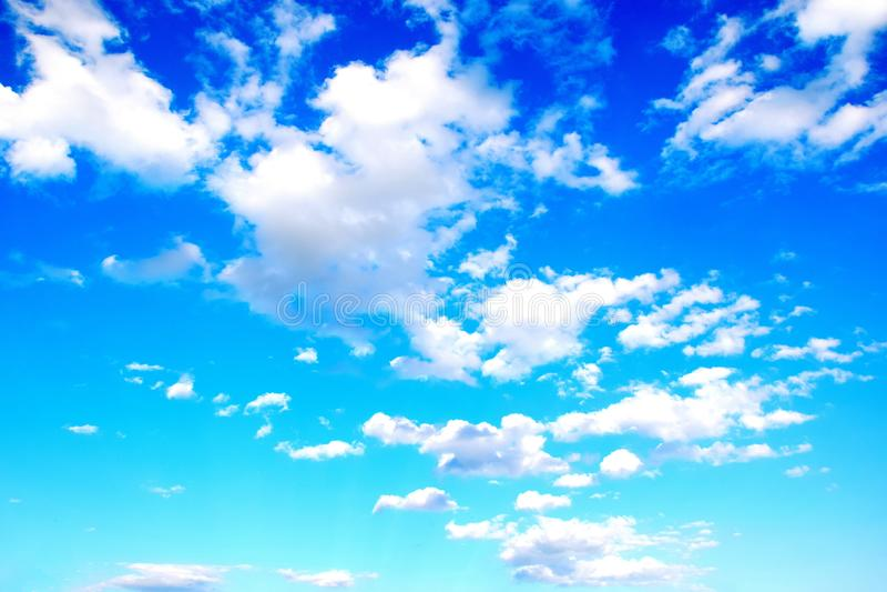 Azul de cielo con la foto común del fondo escénico colorido de las nubes imagen de archivo