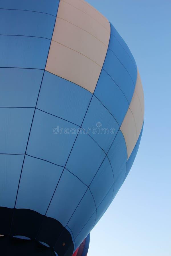 Azul de cielo y balón de aire candente imagenes de archivo