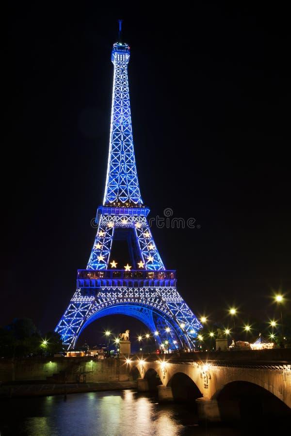 Azul de incandescência da torre Eiffel iluminado na noite em Paris, França foto de stock