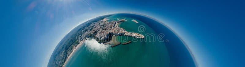Azul de la costa costa del mar de la ciudad de Vieste Apulia en vr del abejón 360 de Italia fotografía de archivo