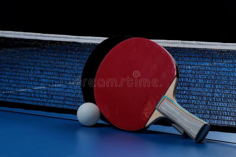 Azul de la paleta del tenis de vector del ping-pong Accesorios para la estafa y la bola de tenis de mesa en una tabla azul del te fotos de archivo libres de regalías