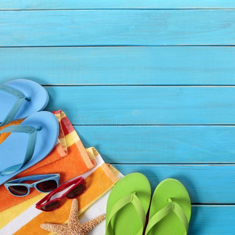 Azul del espacio de la copia de las chancletas de la playa del fondo del verano foto de archivo libre de regalías