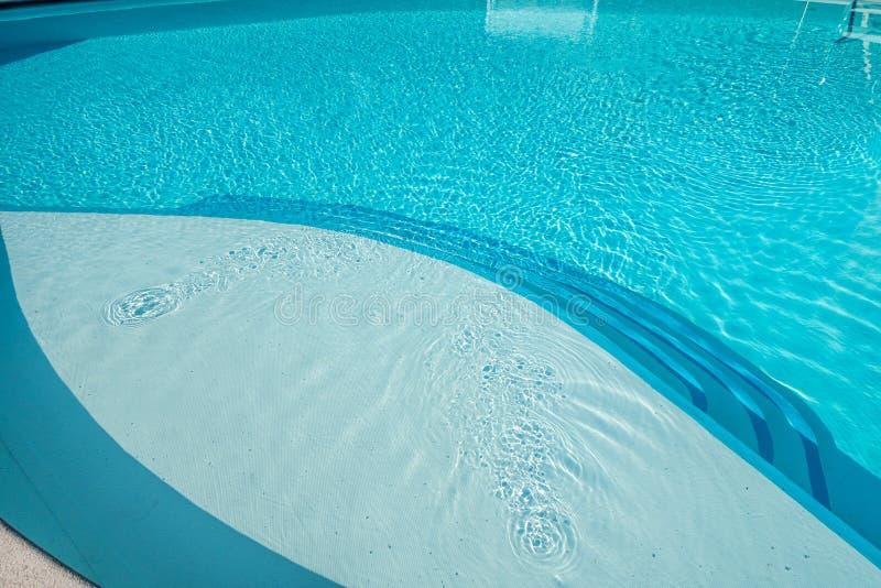 Azul do espaço livre do verão da piscina imagens de stock royalty free