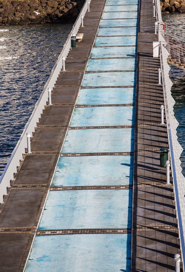 Azul e Grey Concrete Pier foto de stock royalty free