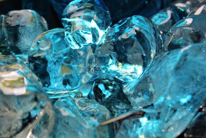 Azul frio, cerceta e cubos de gelo coloridos bege fotos de stock