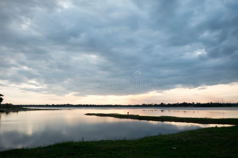 - Azul - a laranja escura com as nuvens no por do sol o sol alaranjado cai atrás do horizonte Atrás do fundo natural das cenas fotos de stock