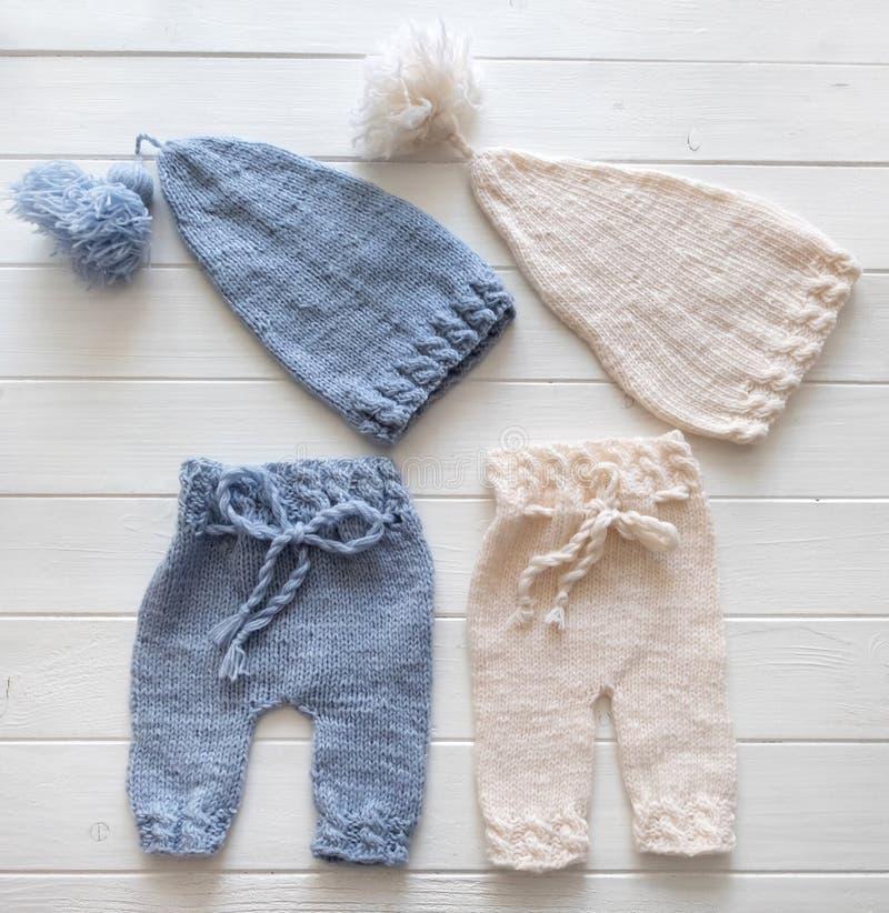 Azul lindo y el blanco hicieron punto los sombreros y los pantalones para los bebés imagen de archivo libre de regalías