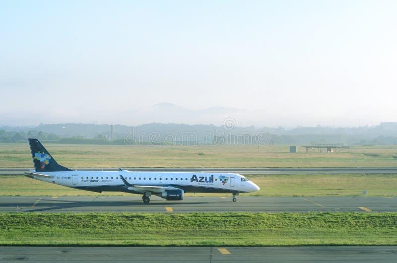 Azul linii lotniczych płaski narządzanie zatrzymywać przy Internacional Afonso Pena lotniskiem fotografia royalty free