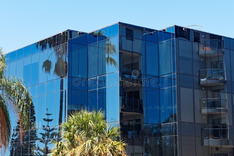 Azul moderno construção comercial de vidro vitrificada, Newcastle, NSW, Austrália imagem de stock