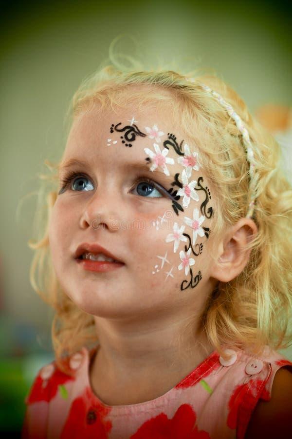 Azul pequeno pintura eyed da cara da menina fotos de stock royalty free