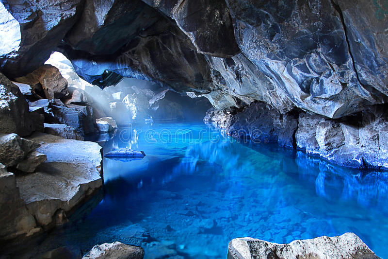 Azul que cuece las aguas al vapor de la cueva Myvatn Islandia de Grjotagia foto de archivo libre de regalías