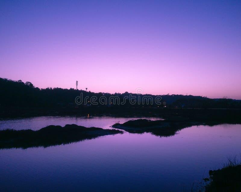 Azul que sorprende con puesta del sol rosada Mar y cielo fotos de archivo libres de regalías