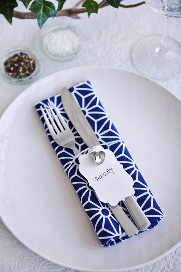 Azul simple y blanco del cubierto de la tabla del partido fotos de archivo