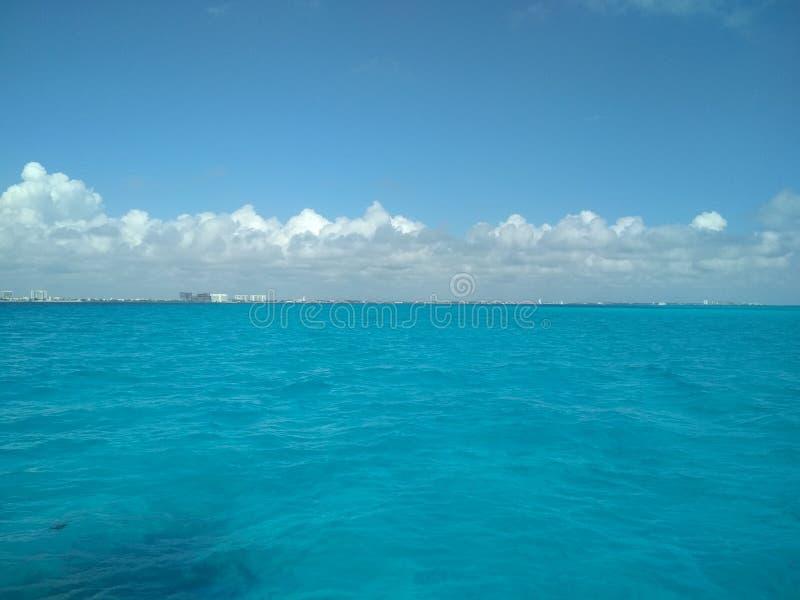 Azul toda ao redor - quando fósforo do mar e do céu foto de stock