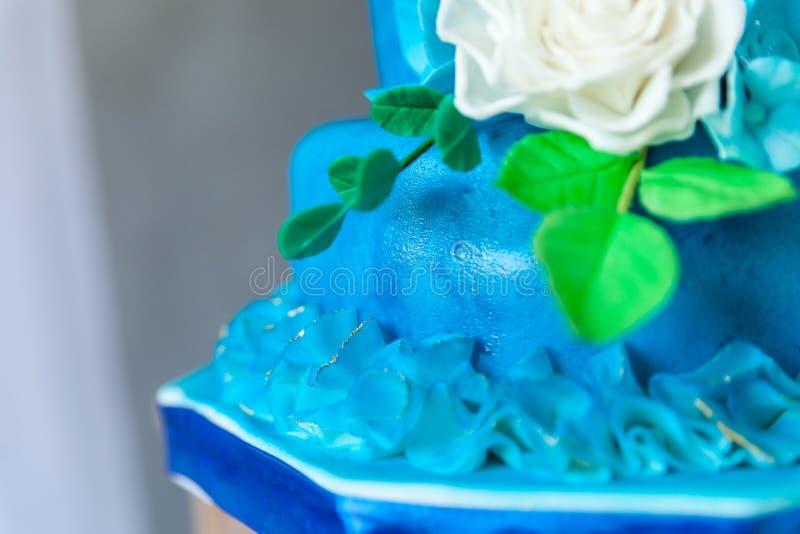 Azul y cumpleaños o pastel de bodas del oro imagen de archivo