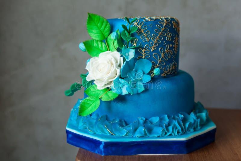 Azul y cumpleaños o pastel de bodas del oro fotografía de archivo libre de regalías