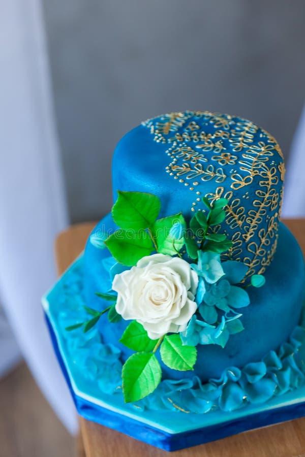 Azul y cumpleaños o pastel de bodas del oro fotos de archivo libres de regalías