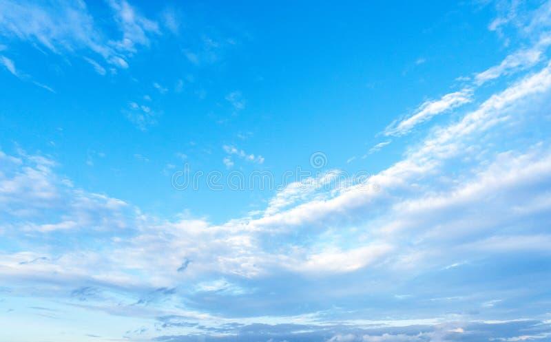 Azul y nube de cielo imágenes de archivo libres de regalías
