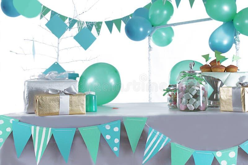 Azul y tabla coloreada verde de la fiesta de cumpleaños imagenes de archivo