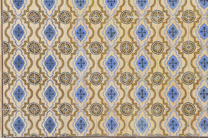 Azul y tejas esmaltadas amarillo foto de archivo libre de regalías