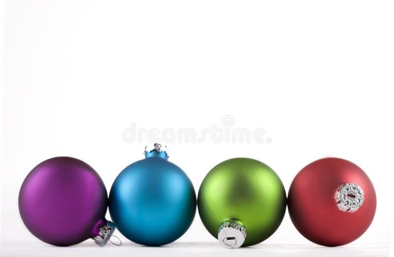 Azul y verde, y rojo, ornamentos de la Navidad foto de archivo libre de regalías