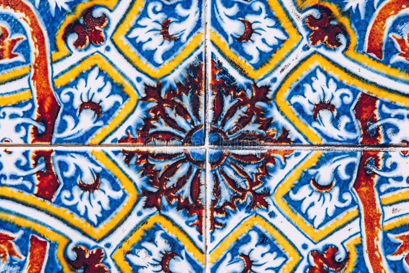 Azulejo é um formulário da pintada portuguesa ou espanhola, lata-vitrificado, trabalho do azulejo Azulejos é telhas portuguesas t fotos de stock royalty free