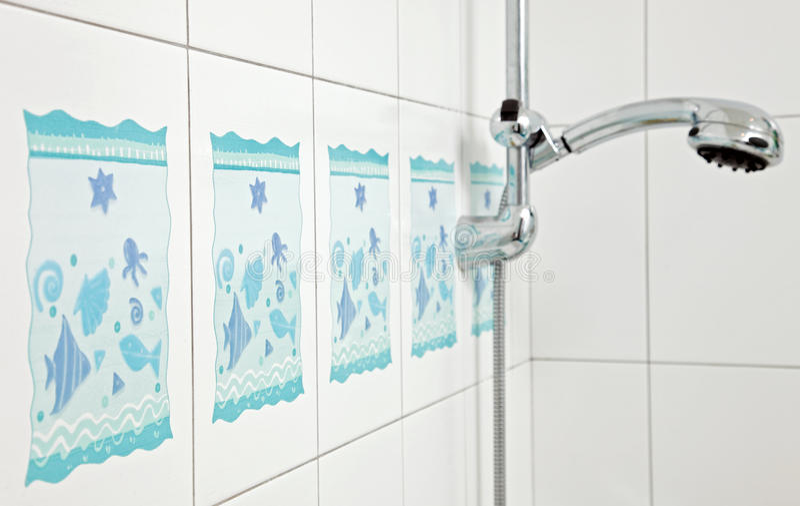 Azulejo azul de la cerámica del cuarto de baño fotos de archivo