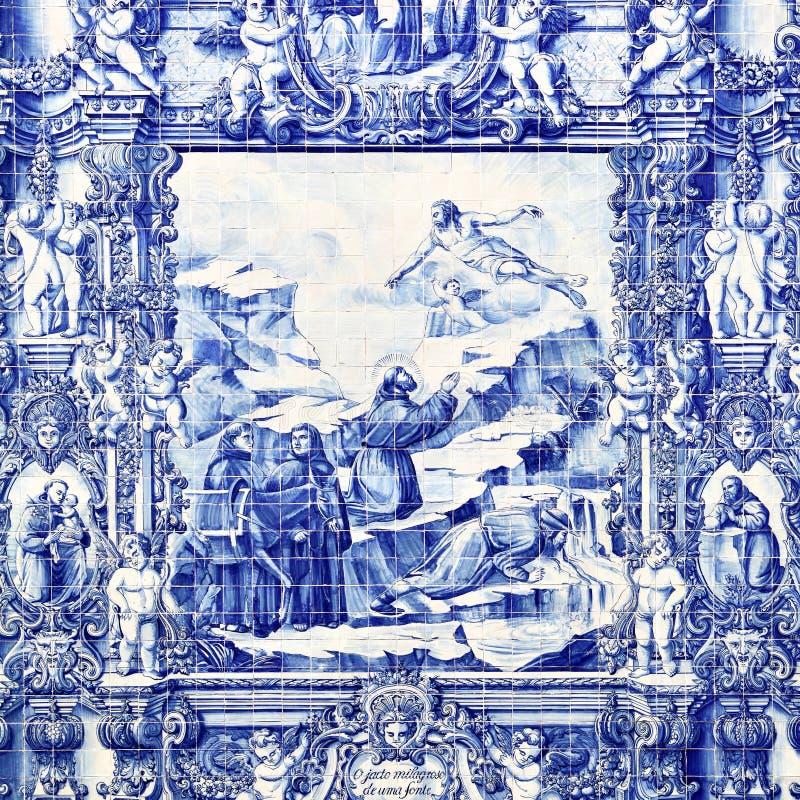 Azulejo de Tilework na parede exterior da igreja em Porto fotografia de stock